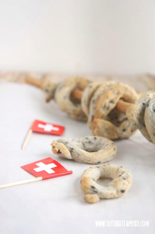 taralli con emmentaler e sesamo e bandierina svizzera