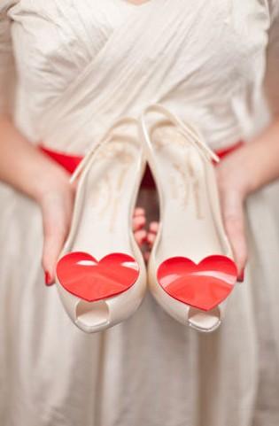 scarpe-con-cuore-e-fiori-rossi