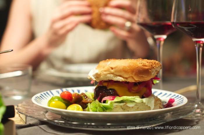 panino cheeseburger nel piatto