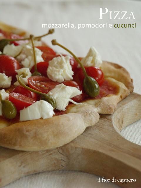 pizza con pomodoro, mozzarella di bufala e capperi