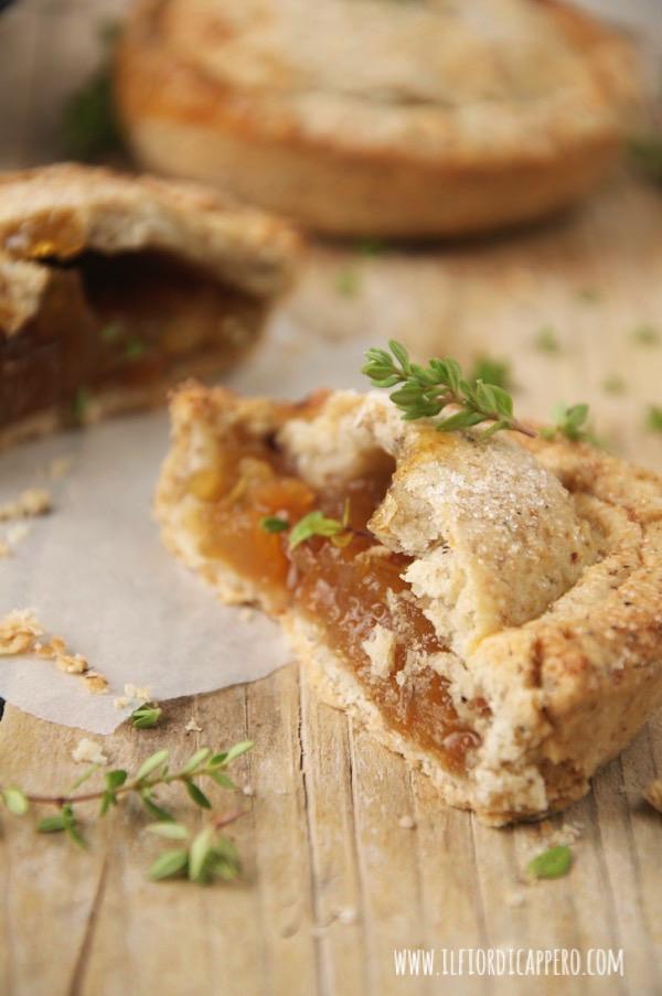 piccole pie (crostate) con mele, timo, zenzero e cannella