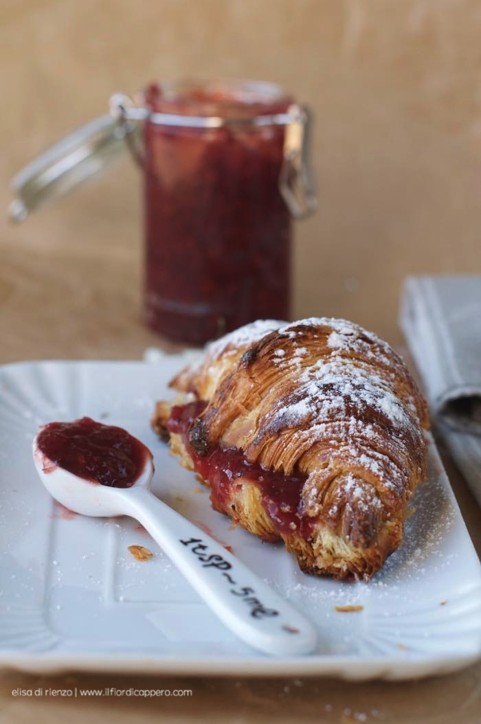 marmellata frutti rossi e croissant