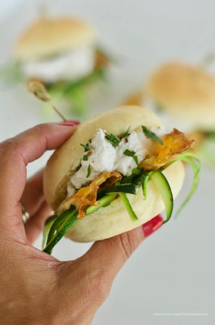 Panino con baccalà mantecato e fiori di zucca