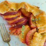 La galette alle pesche, lime e rosmarino