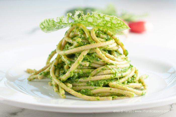 spaghetti con pesto foglie ravanello