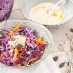 Insalata di cavolo rosso,  carote e salsa di yogurt: un Coleslaw light